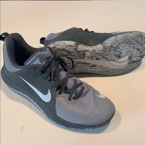 Men's 7.5 Nike Fly By Low Basketball shoes